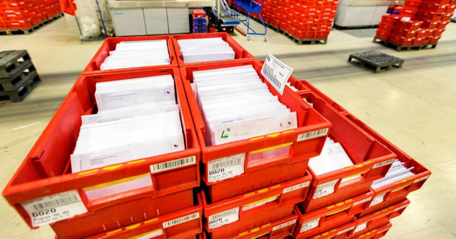 Posten leverer mindre og mindre. Derfor ønsker regjeringen å gjøre lovendringer som sier at posten skal leveres annenhver dag. Foto: Gorm Kallestad / NTB scanpix