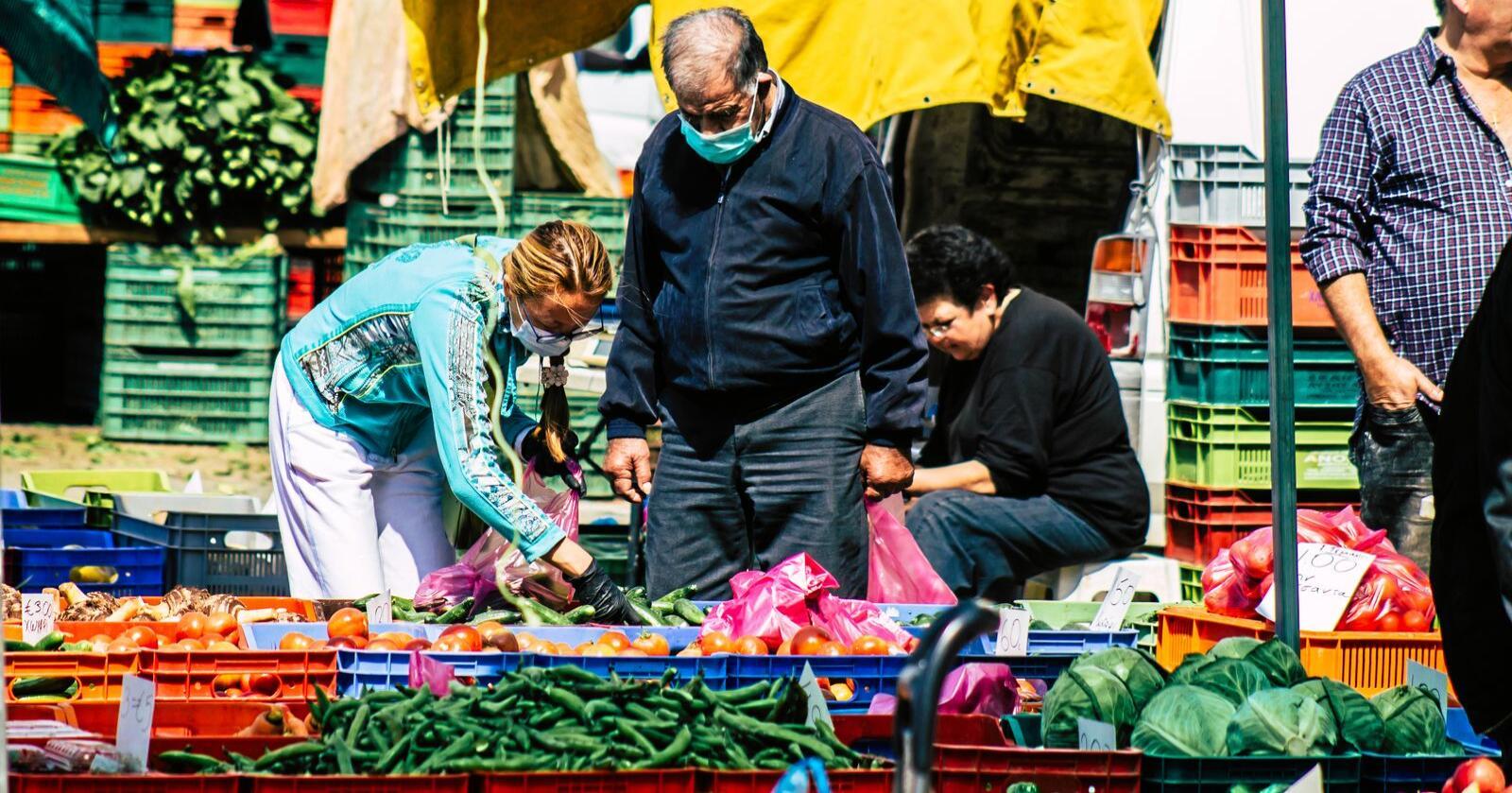 Sjølv om salet har gått opp i daglegvaresektoren, veg det ikkje opp for tapt sal til ofte høgare prisar på restaurantar. Her frå ein matmarknad på Kypros. Foto: Mostphotos