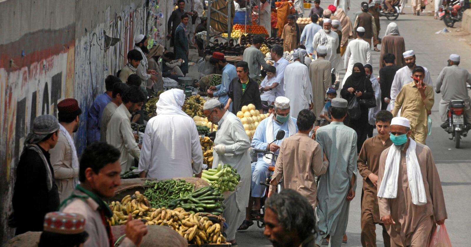 De umiddelbare konsekvensene av koronaviruset er tydeligst på markedene. Stopp i flyten av varer fører til tap av inntekter for alle som livnærer seg langs forsyningskjeden fra jord til bord, skriver kronikkforfatterne. Bildet er fra et matmarked i Peshawar i Pakistan denne uka. Foto: Muhammad Sajjad / AP / NTB scanpix