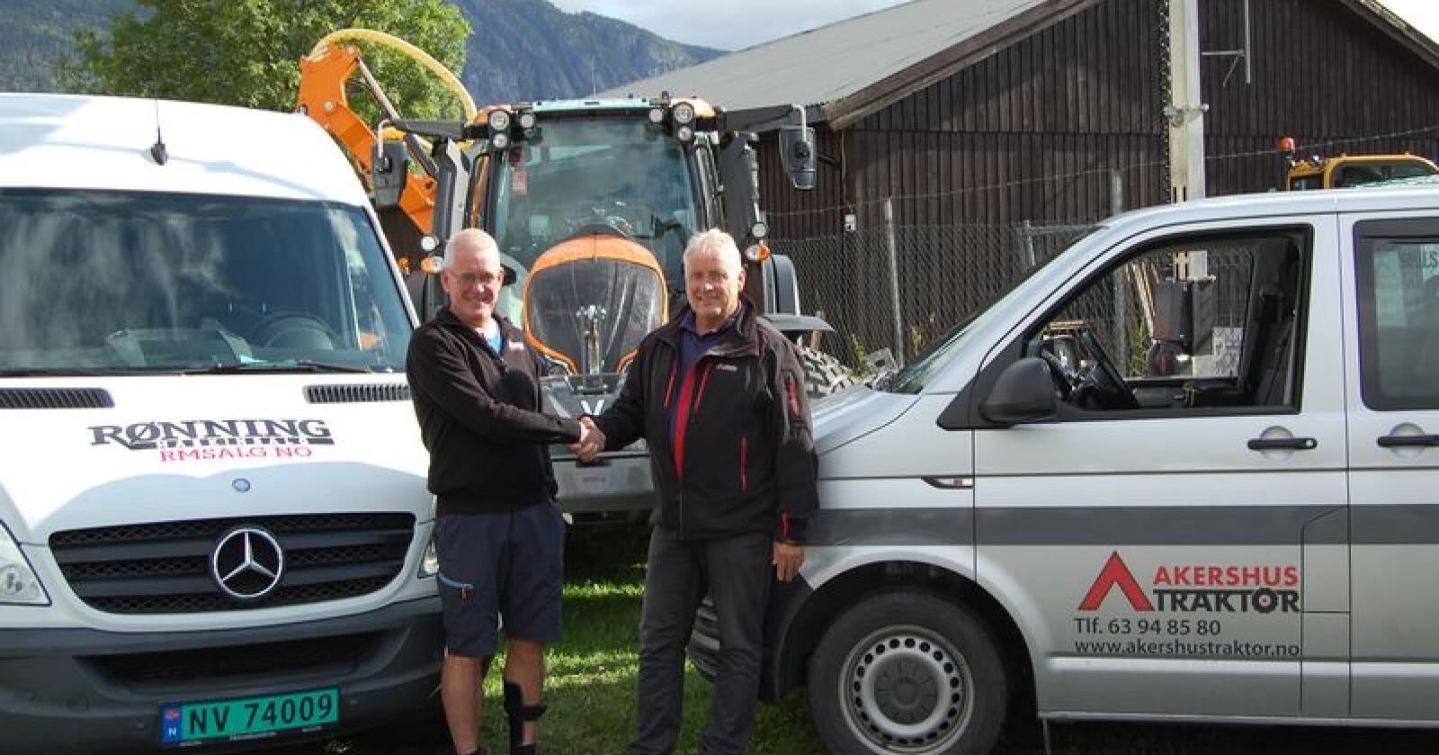 Bjørn Åge Rønning (til venstre) og Ole Hveem har tro på gjensidig nytte av avtalen. (Foto: Akershus Traktor)