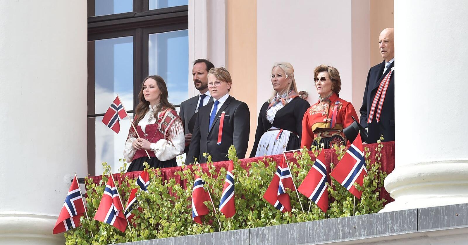 Kongefamilien sang med da nasjonalsangen ble sunget på Slottsplassen foran Slottet. Foto: Fredrik Varfjell / NTB scanpix