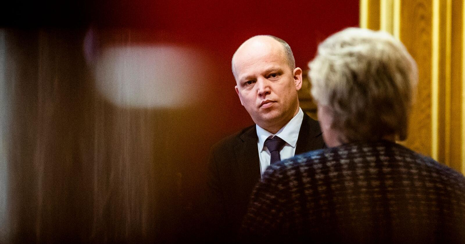 Senterpartiets leder Trygve Slagsvold Vedum vil vite hvilke grep statsminister Erna Solberg (H) har tenkt å ta for å snu befolkningsnedgangen i Nord-Norge. Foto: Berit Roald / NTB scanpix