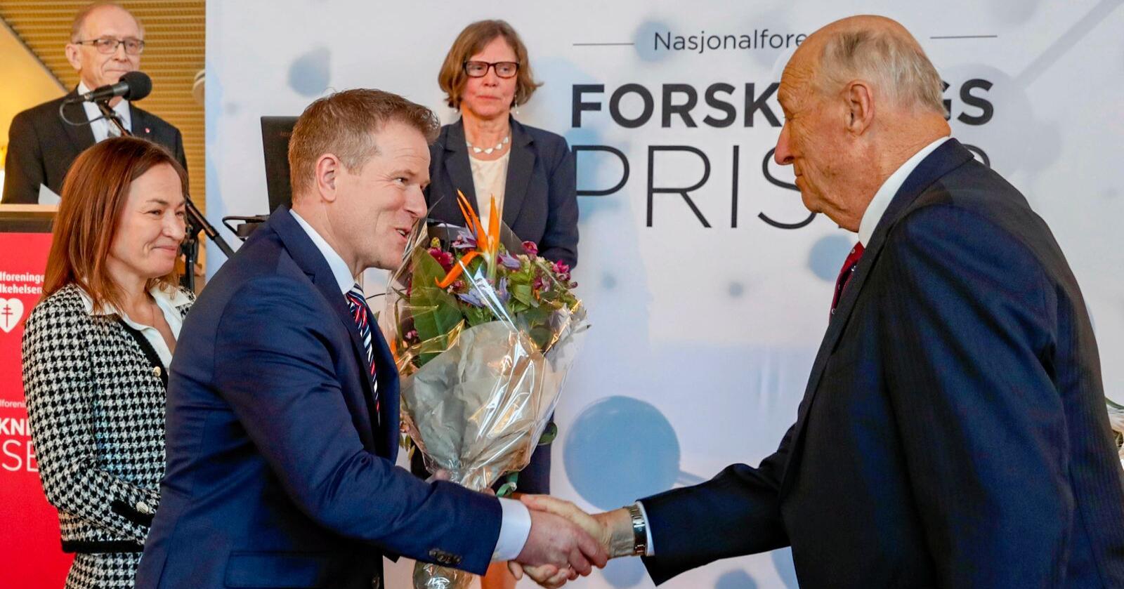 Hjertepris: Ulrik Wisløff hilser på kong Harald under utdelingen av Nasjonalforeningen for folkehelsens forskningspriser. Foto: Terje Bendiksby/NTB scanpix