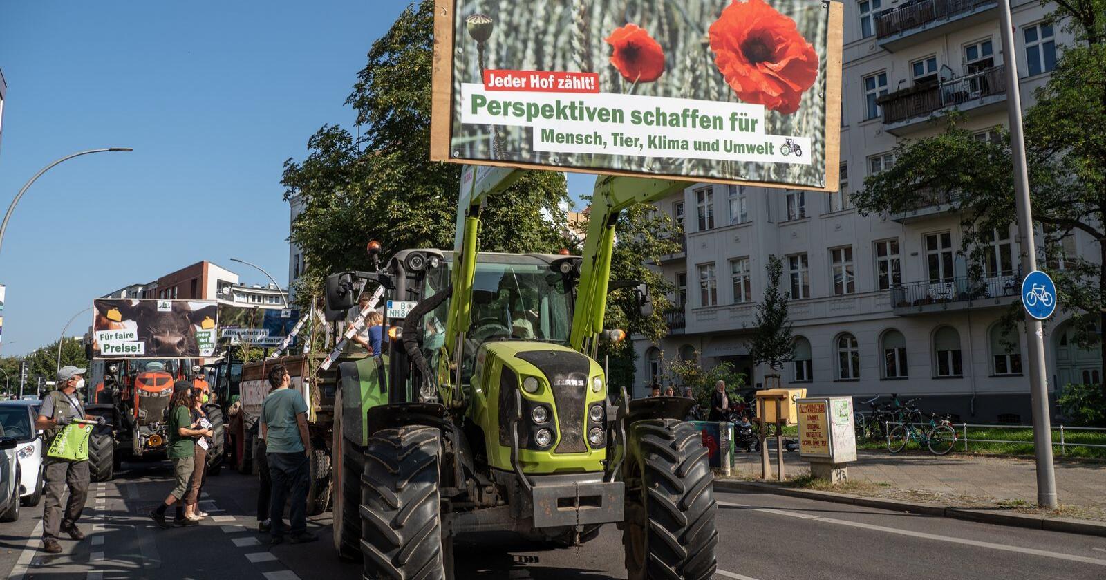 Utfordrer partiene: Også i Tyskland har bønder store forventninger til en ny regjering. Med traktorer og bannere har de oppsøkt partienes hovedkvarter i Berlin foran valget om en uke. Foto: Bauernstimme/AbL