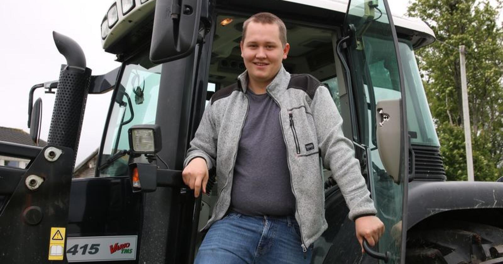 Maskinkunnskap: Geir Arthur Toftø er utdannet både som maskinfører og agronom, og maskinkompetansen kommer til nytte i arbeidet på gården. (Foto: Lars Olav Haug)