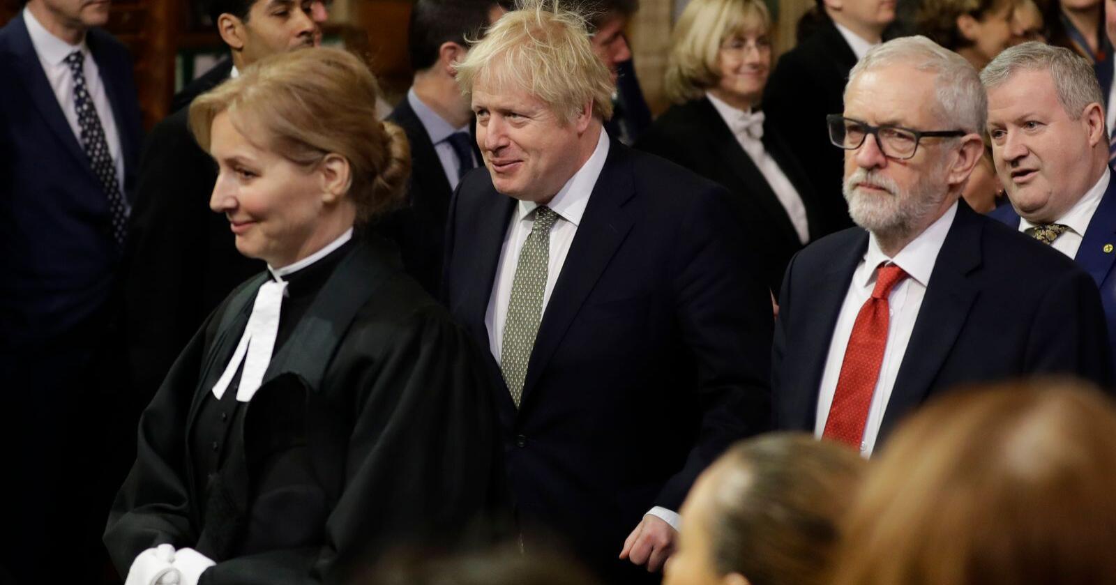 Statsminister Boris Johnson (i midten), her sammen med Labour-leder Jeremy Corbyn under åpningen av Parlamentet torsdag, vil komme i gang med brexitprosessen igjen fredag. Foto: Kirsty Wigglesworth / AP / NTB scanpix