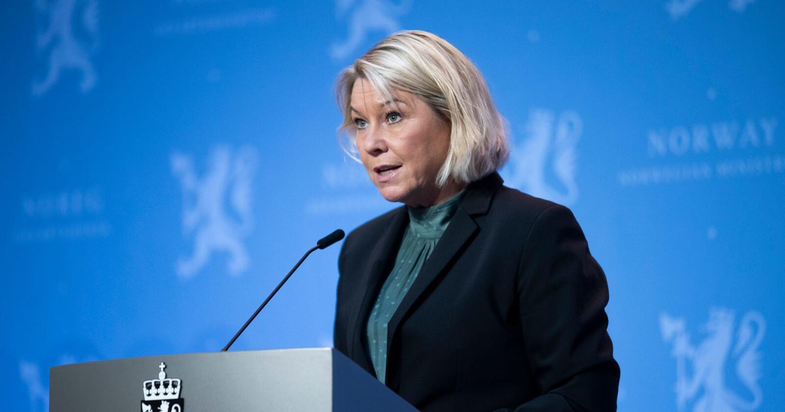 Justis- og beredskapsminister Monica Mæland (H) foreslår en lov om portforbud.  Det vil hindre bevegelsesfriheten og privatlivet på en måte som ikke ligner Norge.  Foto: Berit Roald / NTB