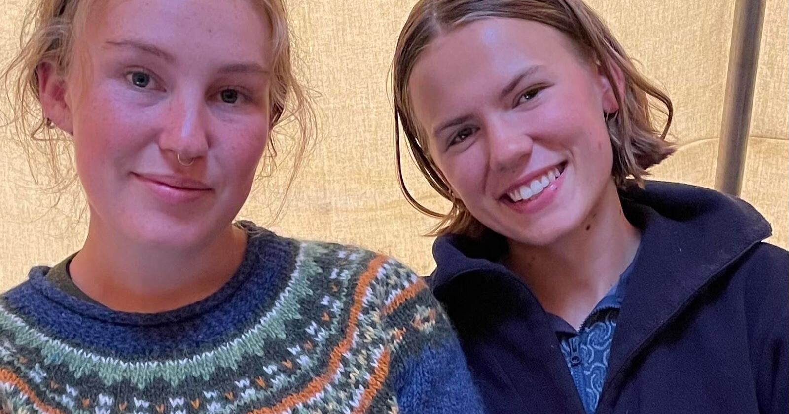 I teltleir: Gina Gylver og Ragnhild Haarstad inviterer Sp-lederen til å ta seg en tur. Foto: Privat