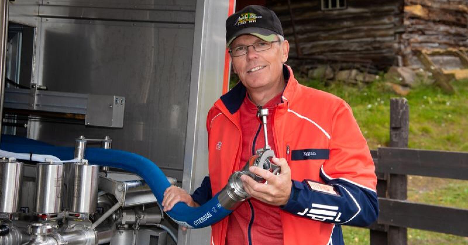 Frode Eggan demonstrerer det nye slangesystemet Tine testkjører i Nord-Østerdalen. Foto: Olav Håland