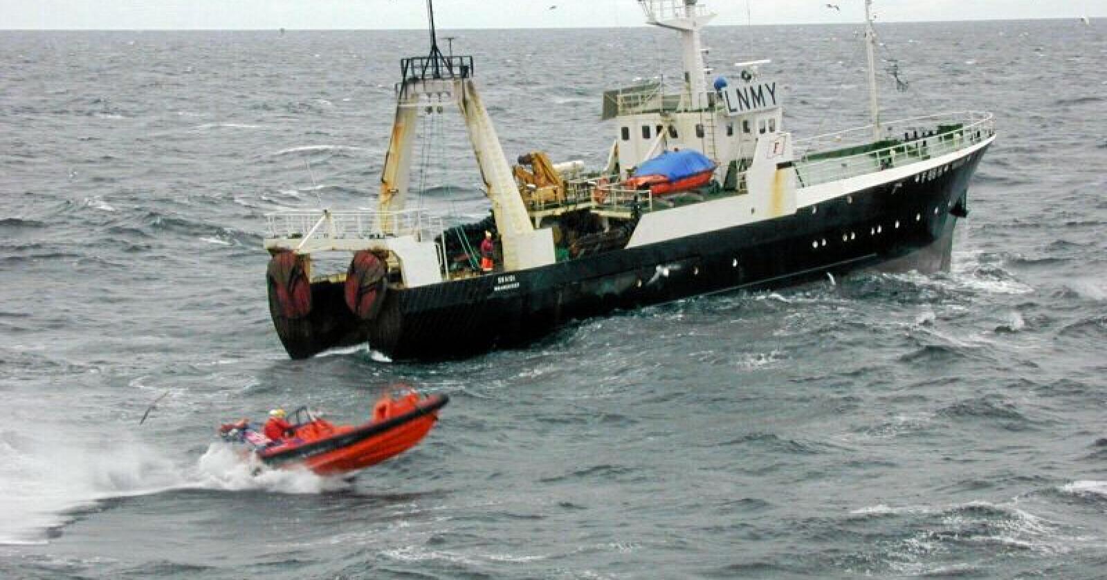 Regjeringen vil gjøre det mulig for sjarkeiere å kjøpe opp flere kvoter, ifølge Klassekampen. Bildet viser kystvakten som er på vei til å inspisere en tråler i Barentshavet. Foto: Jan-Morten Bjørnbakk, SCANPIX