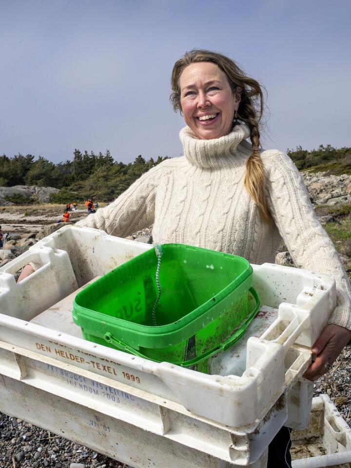 Iniativtager og kunstner Solveig Egeland på søppelinnsamling i skjærgården. Over 1000 fiskekasser i plast ble samlet inn. Foto: Adrian Øhrn Johansen