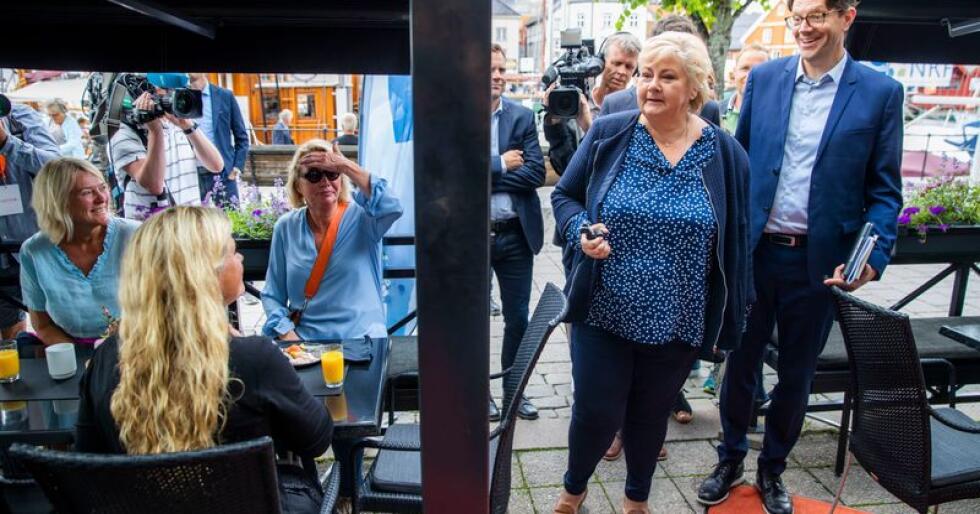 Statsminister Erna Solberg (H), her sammen med statssekretær Rune Alstadsæther (t.h.), møtte pressen på Blom restaurant på åpningsdagen av Arendalsuka mandag. Foto: Håkon Mosvold Larsen / NTB scanpix
