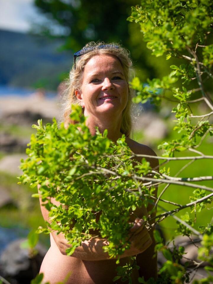 BITT AV BASILLEN: Kristin Aanes har vært naturist siden hun testet nakenbading første gang for 19 år siden. Nå er hun sekretær i Vestviken naturistforening (VVNF) og i Norsk naturistforbund (NNF). Foto: Trond R. Teigen / NTB