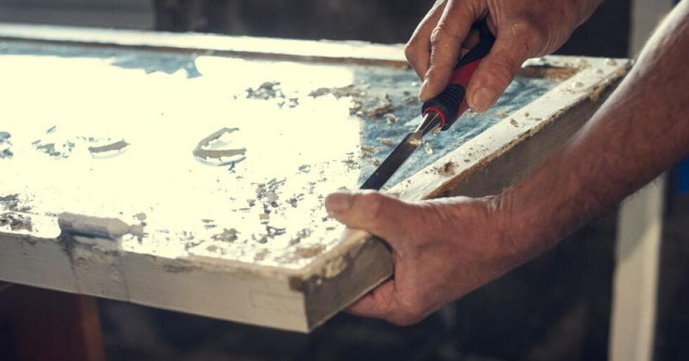 Gjenbruk gamle vinduer, og puss de opp i stedet for å kaste dem. I filmen viser tradisjonshånverker Rune Johnsen deg steg-for-steg hvordan du setter dem i stand. Foto: Bård Gundersen.