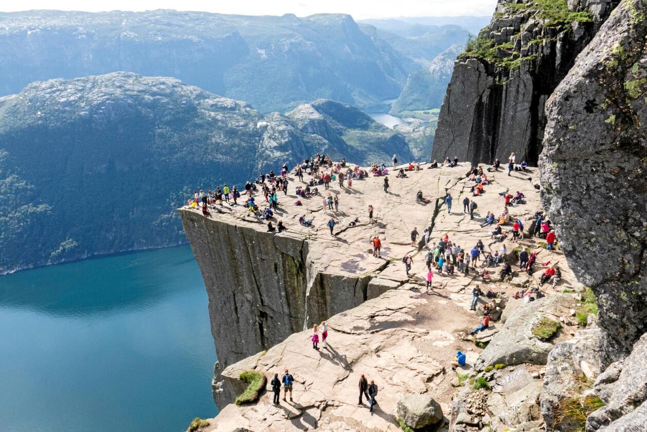 For mange?: Preikestolen, med utsyn over Lysefjorden i Rogaland, hadde 285.000 besøkande i fjor. Foto: Paul Kleiven / NTB scanpix