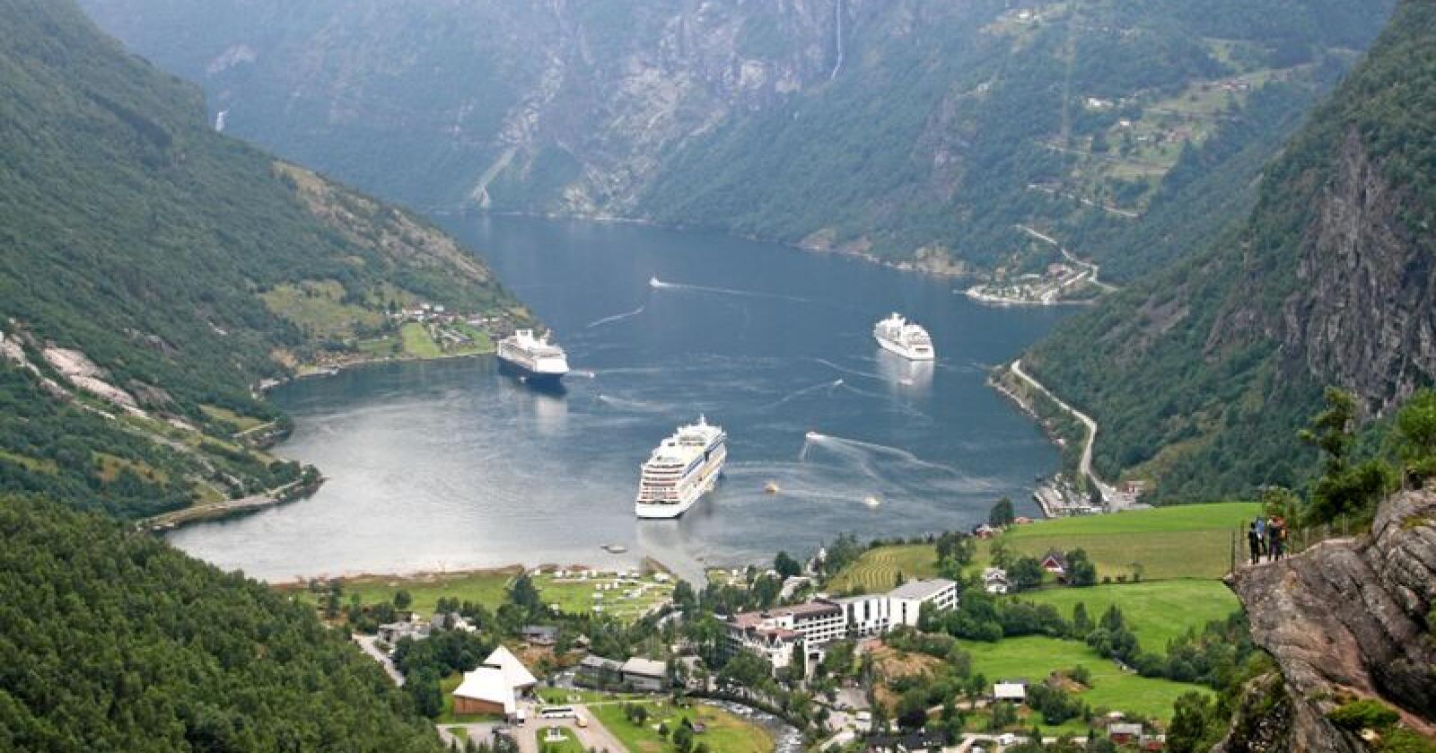 Oljemarinert: Folk og landskap i Geiranger får oljerøya og glaning frå turistane. Foto: Bjarne B. Aase