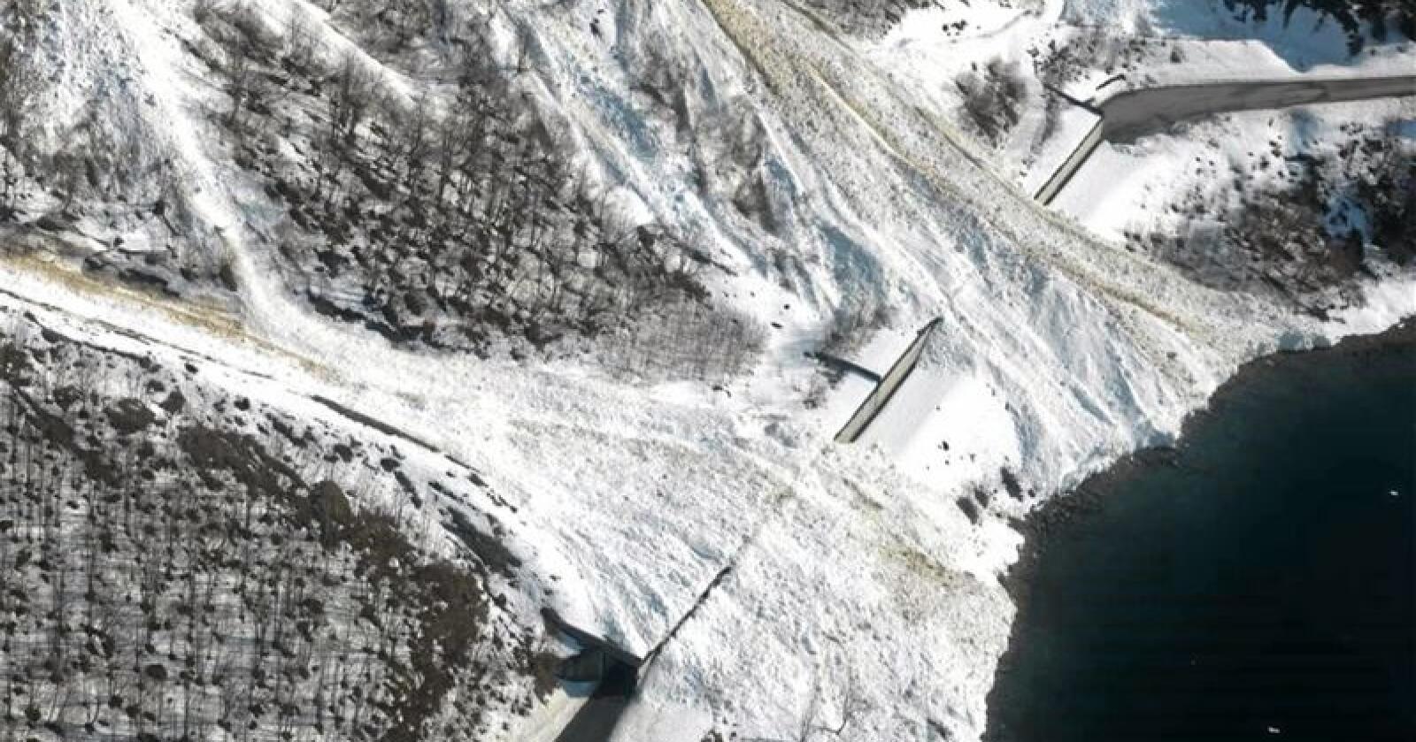 Hundrevis hvert år:  I snitt er det årlig rundt 200 snøskred på norske veier. Noen steder er det snøras på samme sted nesten hver vinter - som her i Norangsdalen i Møre og Romsdal. Her er det satt opp skredoverbygg og fangvoll som sikrer fylkesvei 655 gjennom Norangsdalen. Foto: Arild Solberg