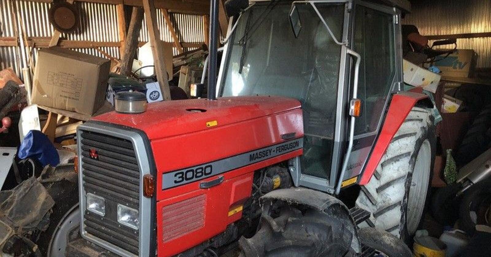 Traktoren har åpenbart stått rolig i mange år. (Foto: Skjerdump fra Klarvik auksjoner)
