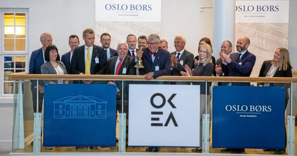 Okea ble børsnotert med brask og bram i juni i år. F.v.: Kjersti Hovdal, Ola Borten Moe, Knut Evensen, Erik Haugane (ringer i bjella) og Tor Bjerkestrand. Foto: Thomas Brun / NTB scanpix