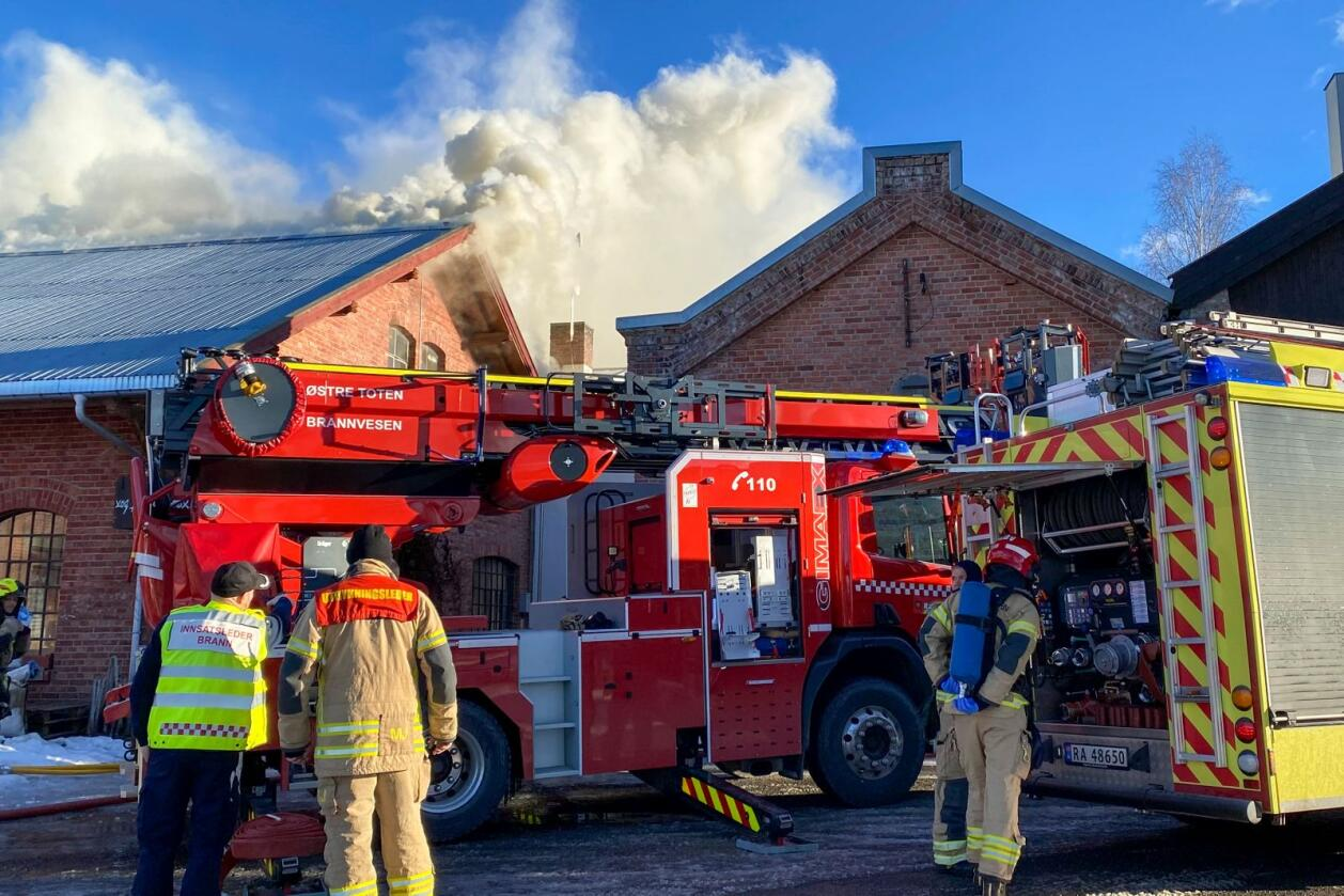 Det brenner i den gamle melkefabrikken på Kapp i Østre Toten, et gammelt og delvis verneverdig industriområde ved Mjøsa. Foto: Ole Kristian Bjellaanes / NTB