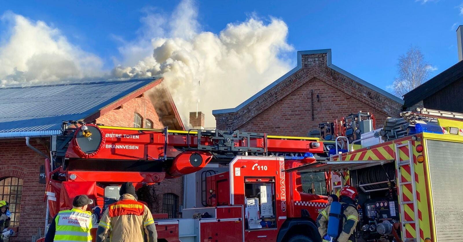 Kapp 20210226. Det brenner i den gamle Melkefabrikken på Kapp i Østre Toten, Et gammelt og delvis verneverdig industriområde ved Mjøsa.Foto: Ole Kristian Bjellaanes / NTB