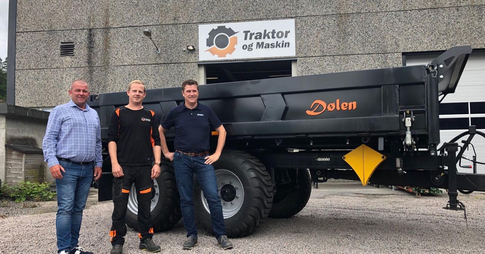 Eldar Undheim fra Rosendal Maskin AS (f.v), Trond Widar Løyning fra Traktor og Maskin AS og Tor Anders Høgaas, også fra Rosendal Maskin AS ser fram til samarbeidet rundt salg av Dølen-hengerne.