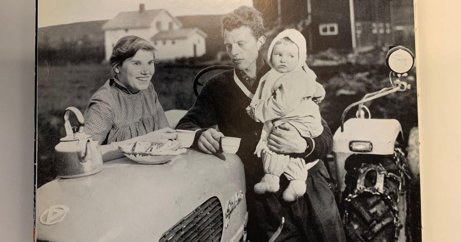 Bildet av denne familien på et bureisingsbruk i Troms er hentet fra boka «Norsk landbruk i bilder» fra 1959. Fotografen er ukjent.