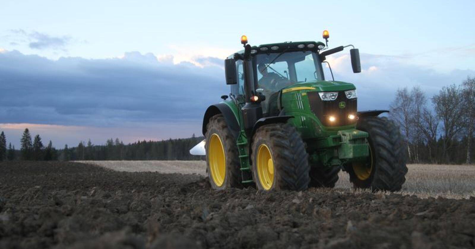 Jubilant: John Deere, her representert ved modellen 6215R, fyller i år 100 år som traktorprodusent. Foto: Espen Syljuåsen