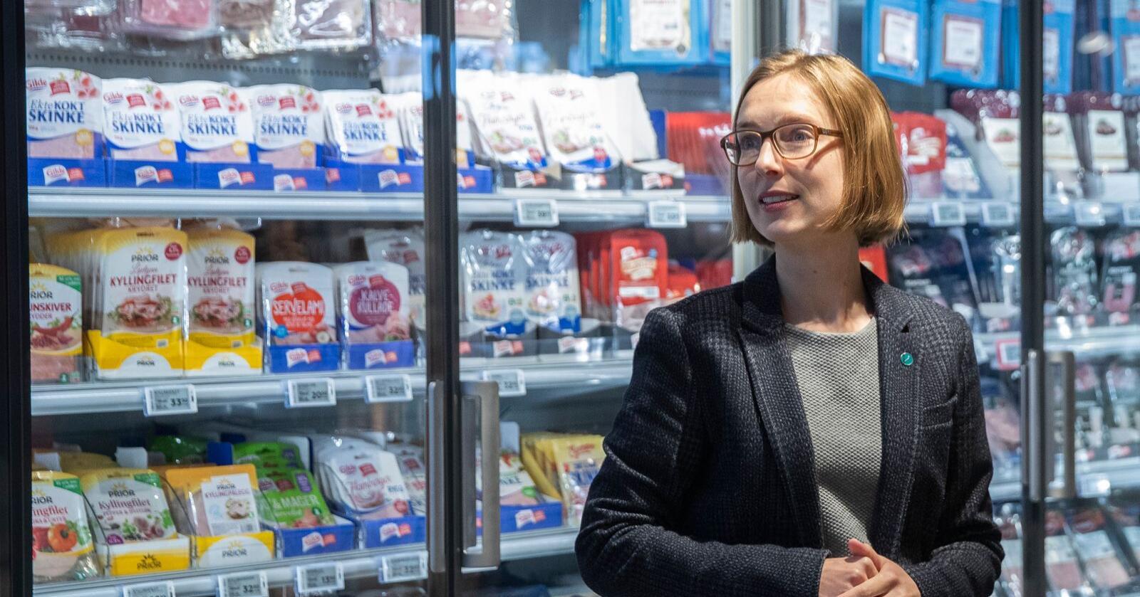 Næringsminister Iselin Nybø (V) sier forhandlingene om en ny frihandelsavtale med Storbritannia er helt i sluttfasen. Her er hun på en Meny-butikk på Røa. Foto: Berit Roald / NTB