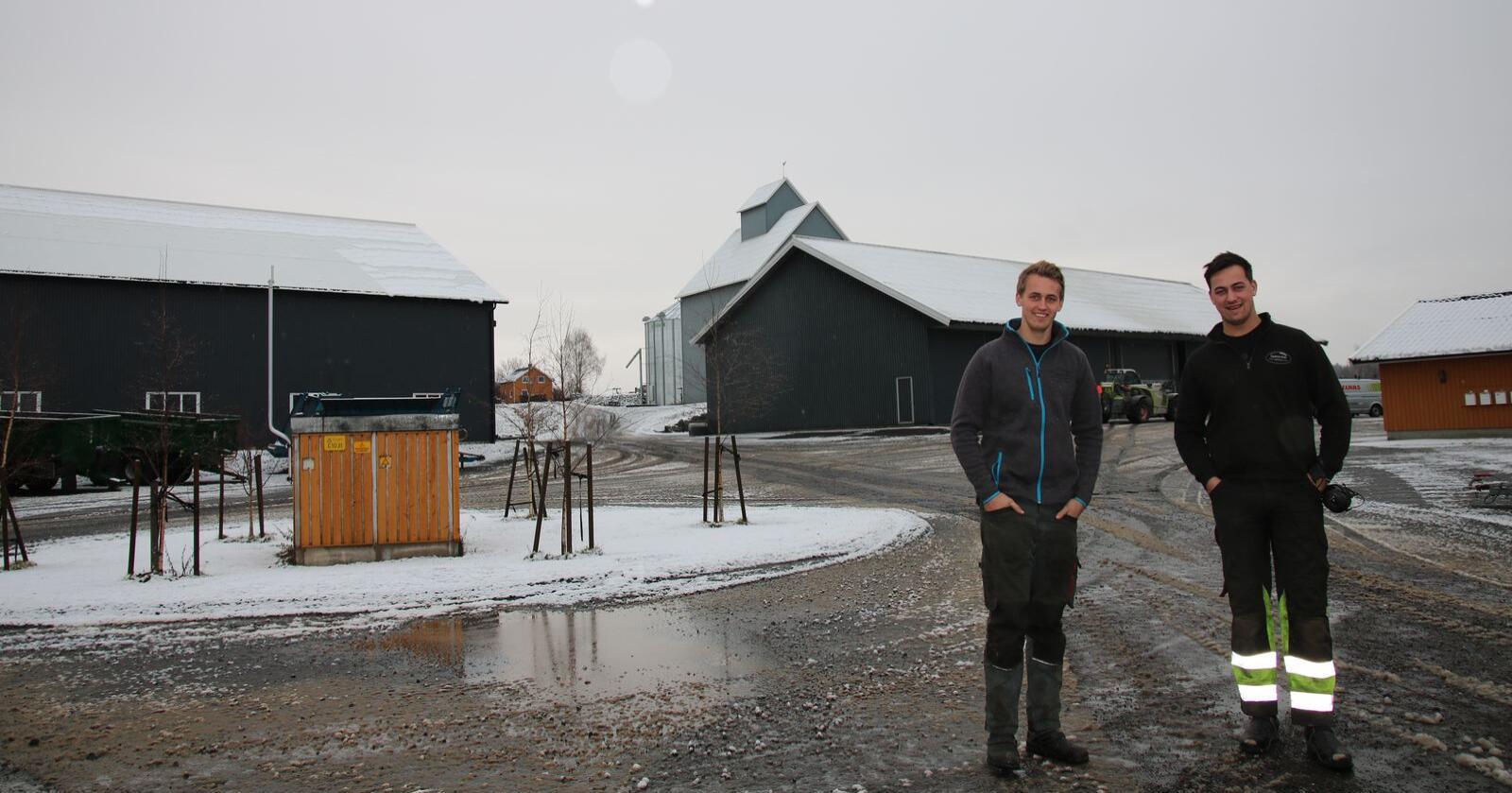 Kristian og Knut Arne Kirkeby Huseby på tunet på Kjølstad gård. Foto: Knut Houge