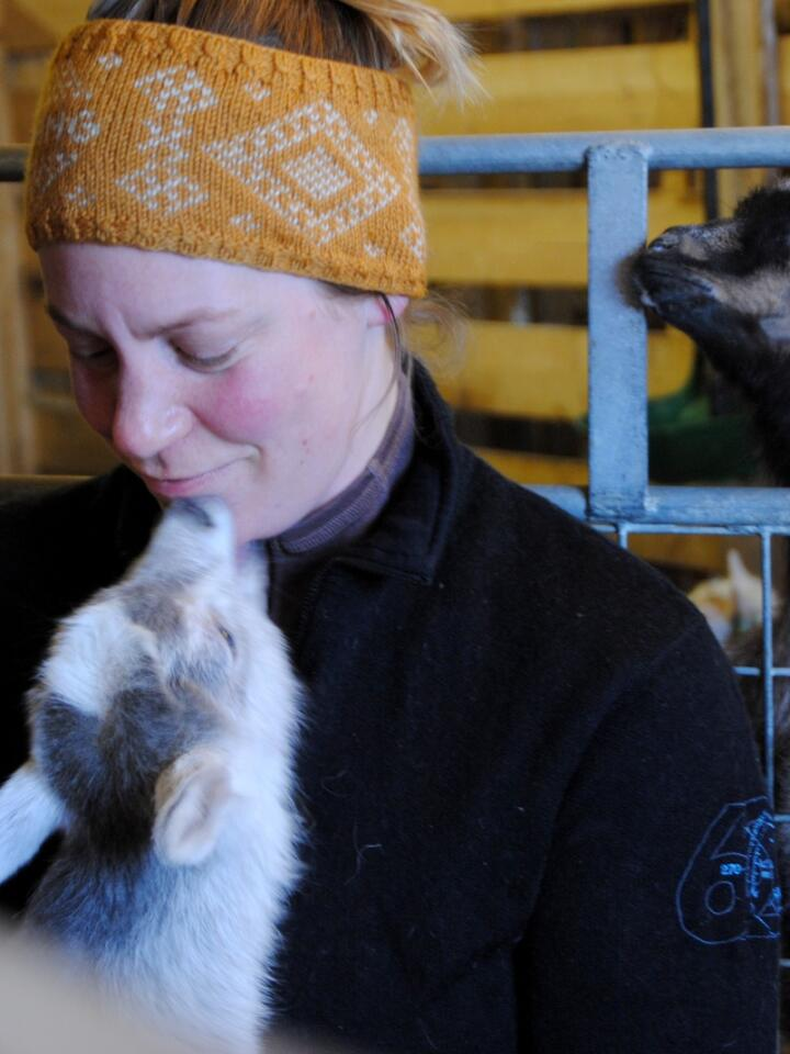 Randi Ødegården er geitebonde i Vang i Valdres, og håper på bedre vilkår for sin yrkesgruppe. Foto: Lars Bilit Hagen