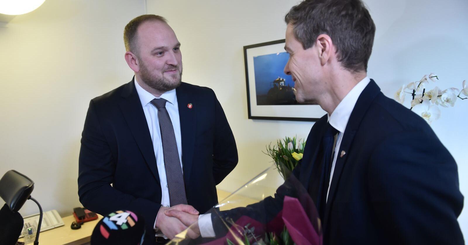 Nøkkeloverrekkelse i samferdselsdepartementet mellom Jon Georg Dale (Frp) og Knut Arild Hareide (KrF) i Oslo fredag. Foto: Fredrik Varfjell / NTB scanpix