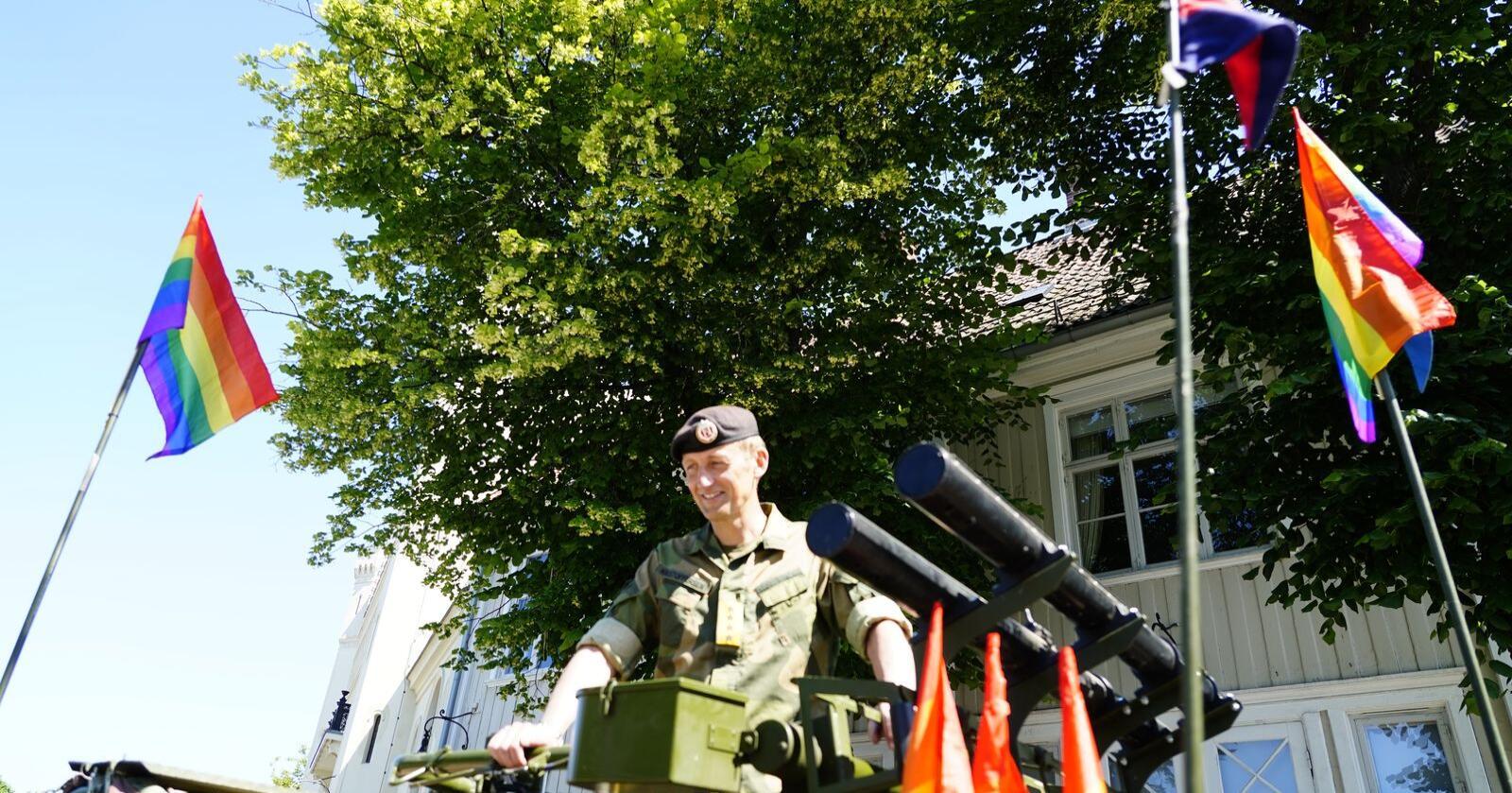 Forsvarssjef general Eirik Kristoffersen deltar i Pride  Parade i oslo sentrum lørdag. Foto: Terje Pedersen / NTB