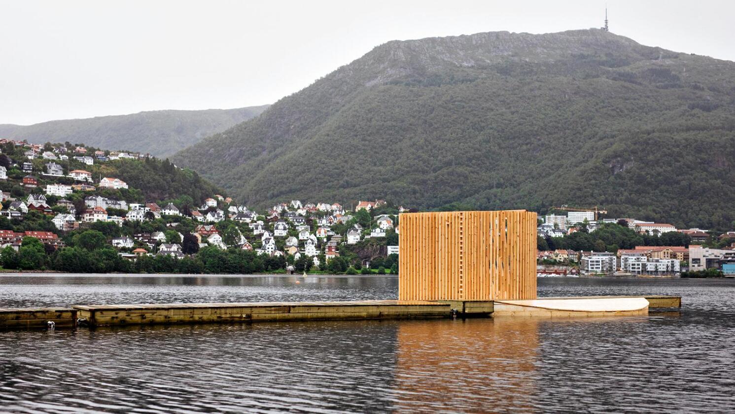 De 25 studentene har lagt ned mange timer med arbeid i paviljongen på Store Lungegårdsvann. Besøkende kan ta seg ut til paviljongen via en flytebrygge. (Foto: Eirik Evjen)