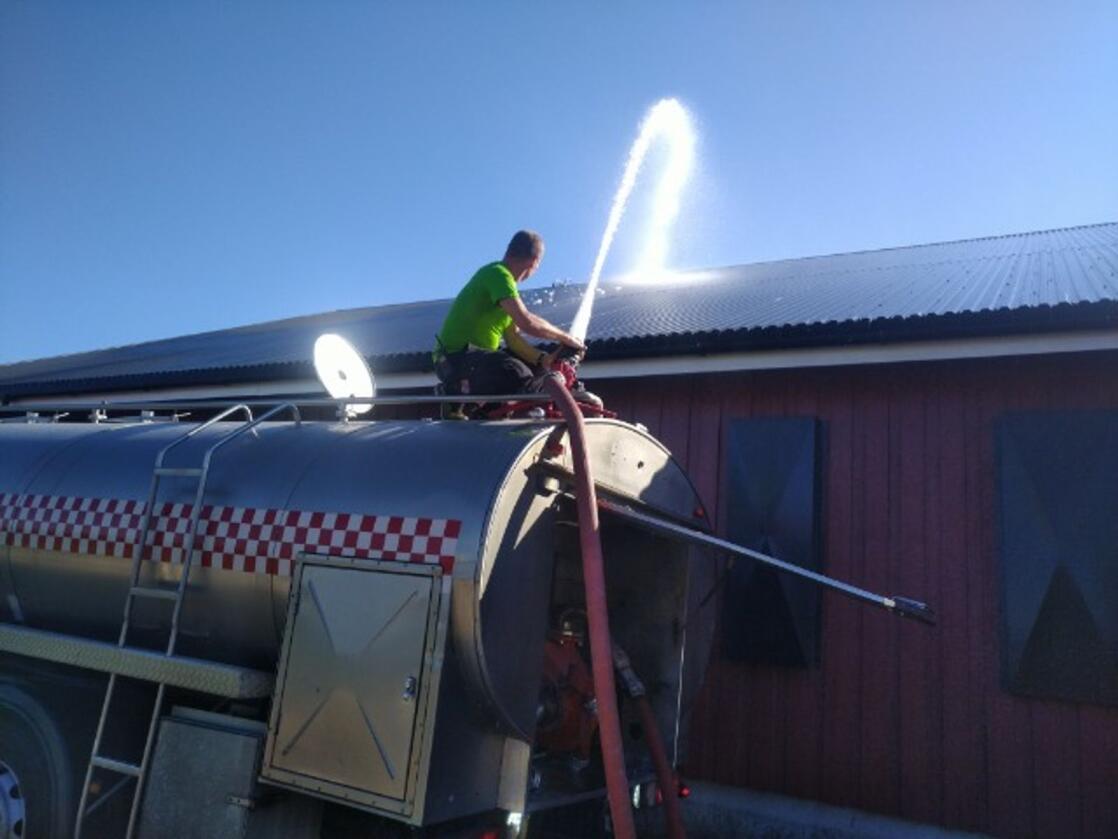 Brannvesenet i Åsnes måtte bistå Roger Bekkemoen med å kjøle ned hønsefjøset. Det var heile 34 grader og stilleståande luft.