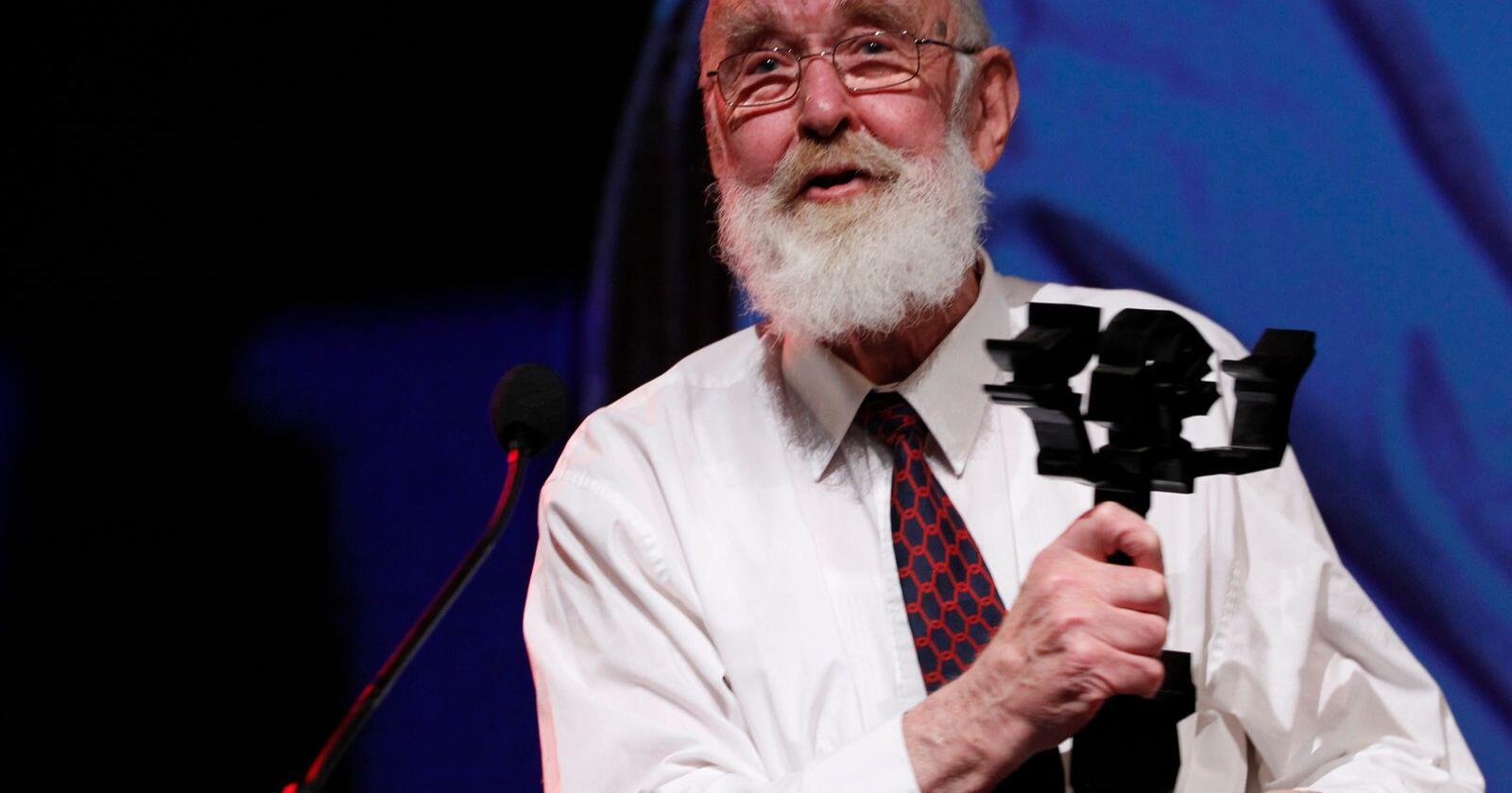 Oslo  20111124.Forfatteren Kolbein Falkeid mottar hedersprisen under utdelingen av Brageprisen i Gamle Logen i Oslo torsdag kveld.Foto: Håkon Mosvold Larsen / NTB