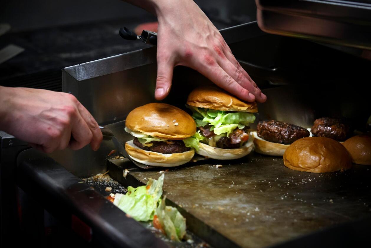 Mindre kjøtt: Vi bør spise mindre rødt kjøtt, både av hensyn til klima og til helsa. Foto: Heiko Junge / NTB scanpix