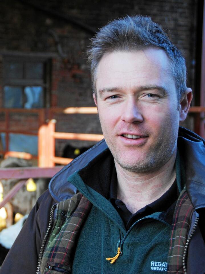 Bonde Will Evans mener Storbritannia gjør en stor feil ved å forlate EU. Han driver med storfe og kornproduksjon i Wrexham i nordlige Wales. Foto: Lars Bilit Hagen