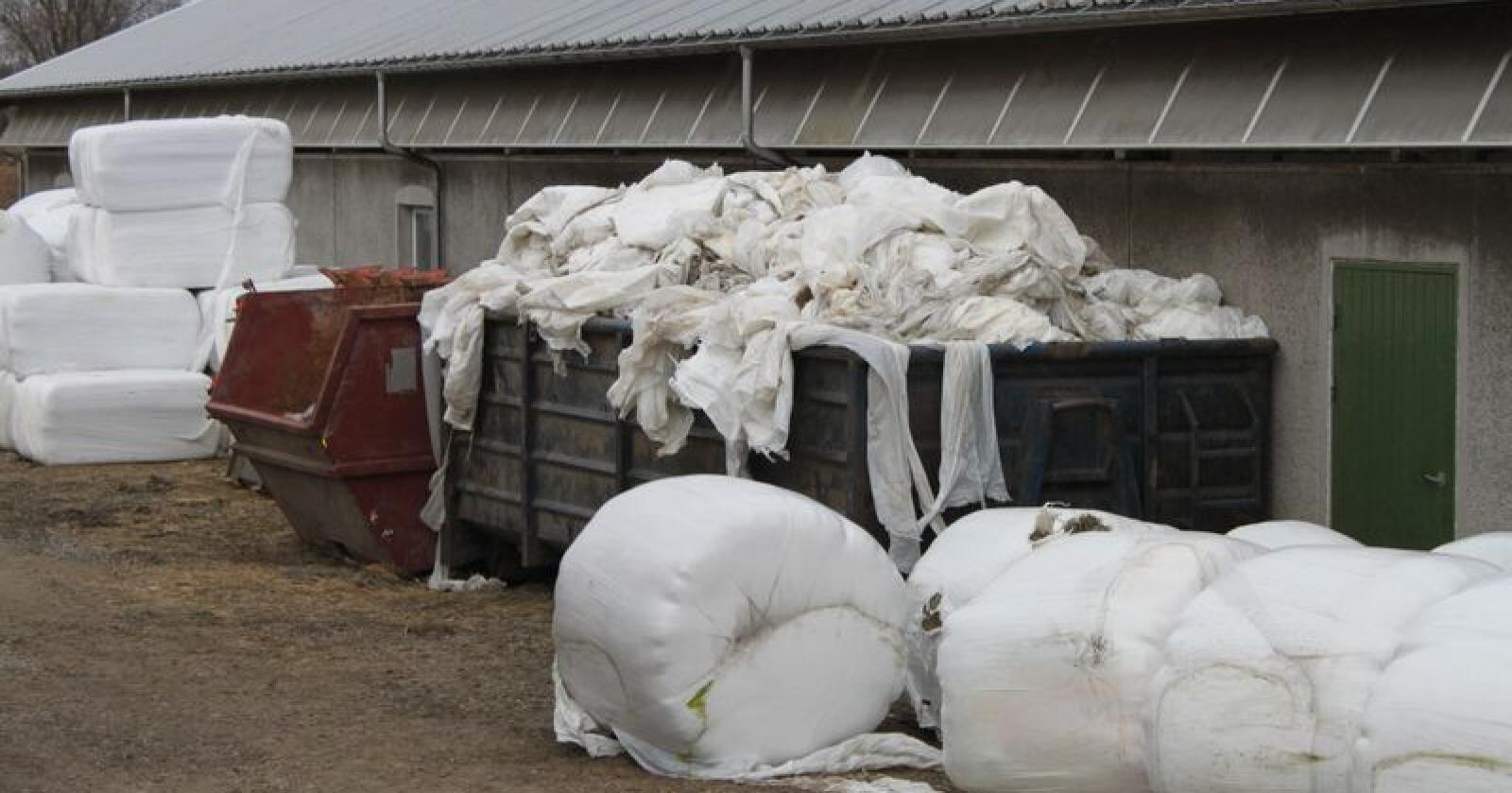 Landbruket er avhengig av å ha en velfungerende ordning for resirkulering av landbruksplast, men nå truer gratispassasjerer hele ordningen. Foto: Camilla Mellemstrand