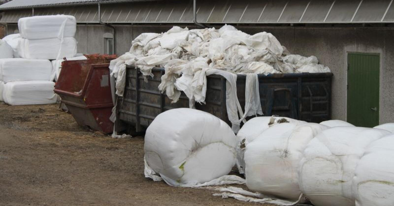 Landbruket bruker mye plast til rundballene. Heldigvis blir det aller meste brukt om igjen i andre produkter. (Arkivfoto)