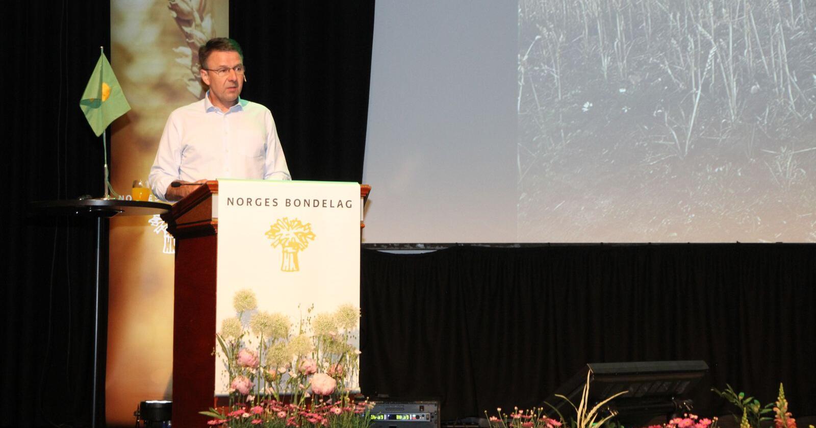 Lars Petter Bartnes (51) driver gård på Beitstad i Steinkjer kommune. Bartnes har vært leder i Norges Bondelag siden 2014. Bildet er fra årsmøtet i 2019. (Foto: Iver Gamme)