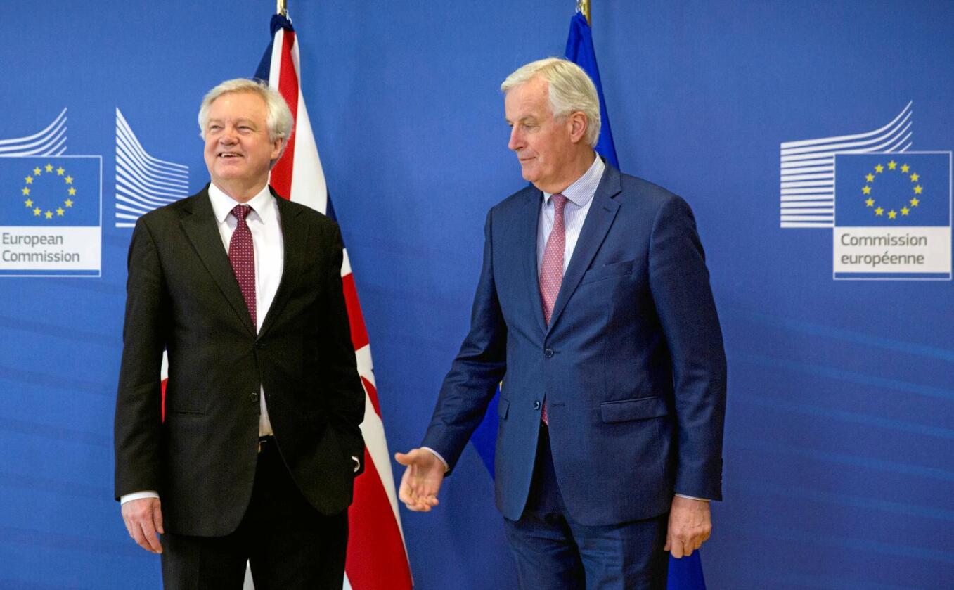 Snart ute: Den britiske statsråden for brexit, David Davis (t.v.) forhandler om Storbritannias forhold til EU. Her med EUs sjef for brexitforhandlingene, Michel Barnier, mandag denne uken. Foto: Virginia Mayo / AP / NTB scanpix