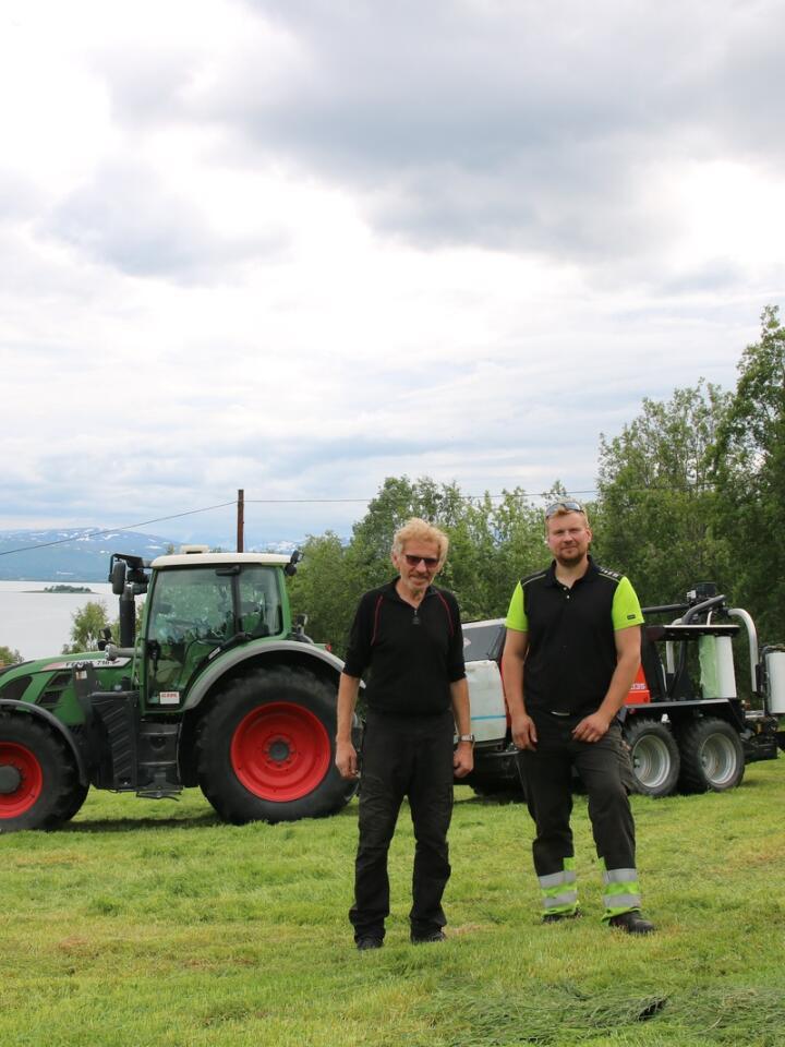Framoverlent: Jørgen Slettmo tok over gården fra faren, Per-Arne Slettmo, i 2018. Men dette betyr på ingen måte at kårkallen er ute av bildet, hva drifta angår.
