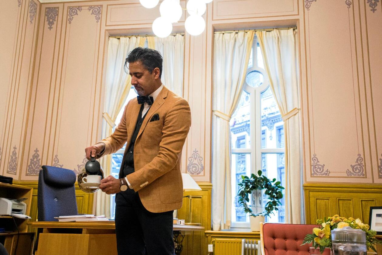 Ler av egen tabbe: Venstre-politiker Abid Raja sa i Nationen at han hadde drukket melk fra oksen. Foto: Mariam Butt / NTB scanpix