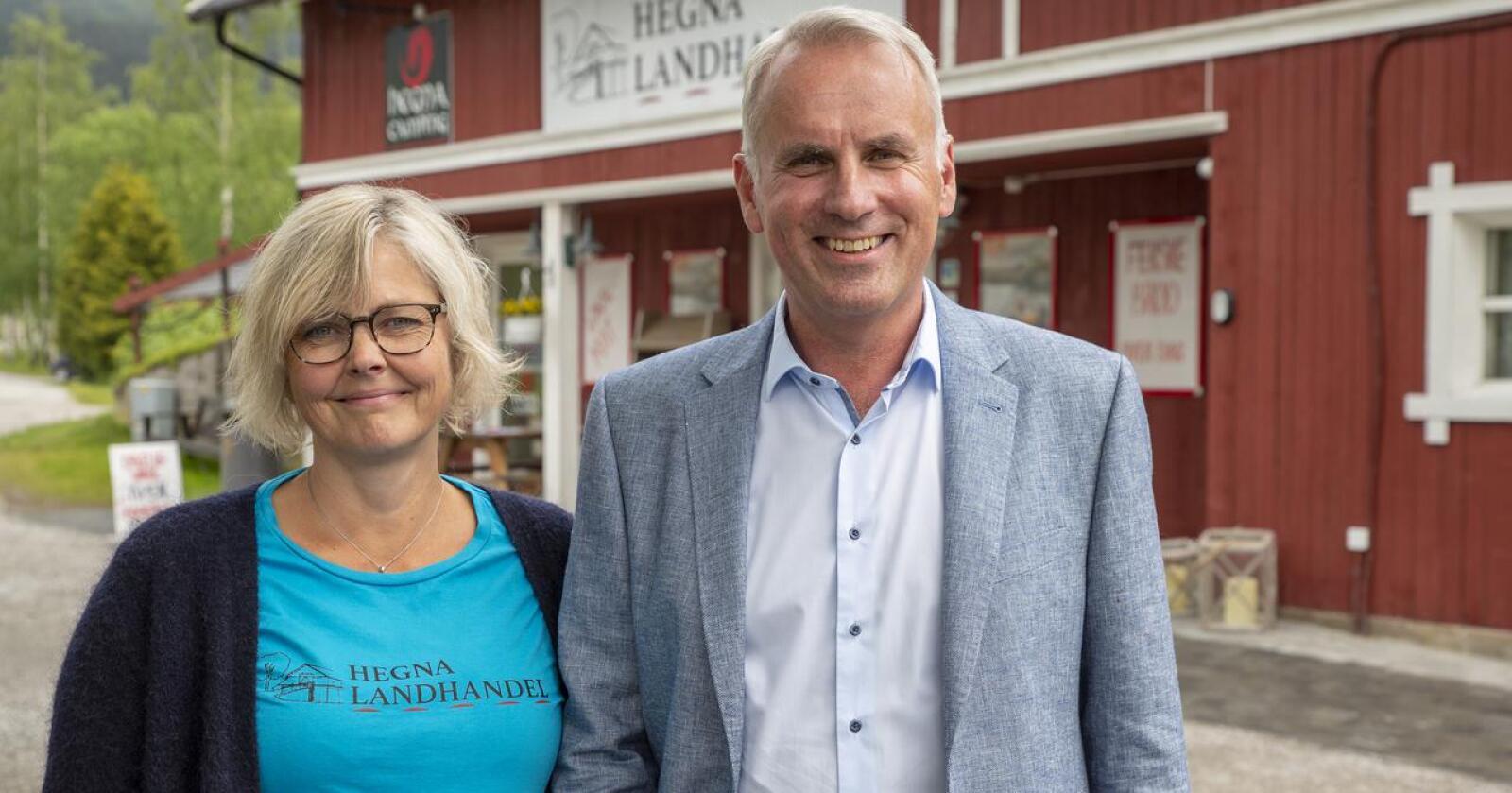 Gro Cathrine Aasgrav er dagleg leiar i Hegna Landhandel, og eig butikken saman med ektemannen Hans Olav Bakås. Foto: Kari Nygard Tvilde