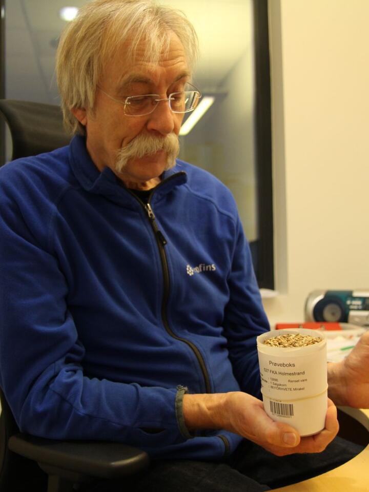 RUTINERT: Jørn Tokerud er avdelingsleder og fagsjef for korn hos Eurofins. Med ei fartstid på nesten 40 år i bransjen kan han alt som er verdt å vite om kornkvalitet.