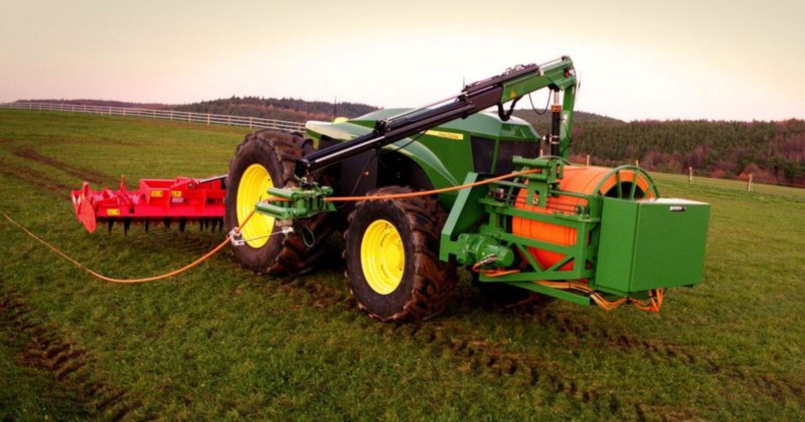 Forrige gang John Deere presenterte en elektrisk traktor var i 2016 og den var batteridrevet, denne versjonen drives av strøm rett fra nettet. Foto: John Deere