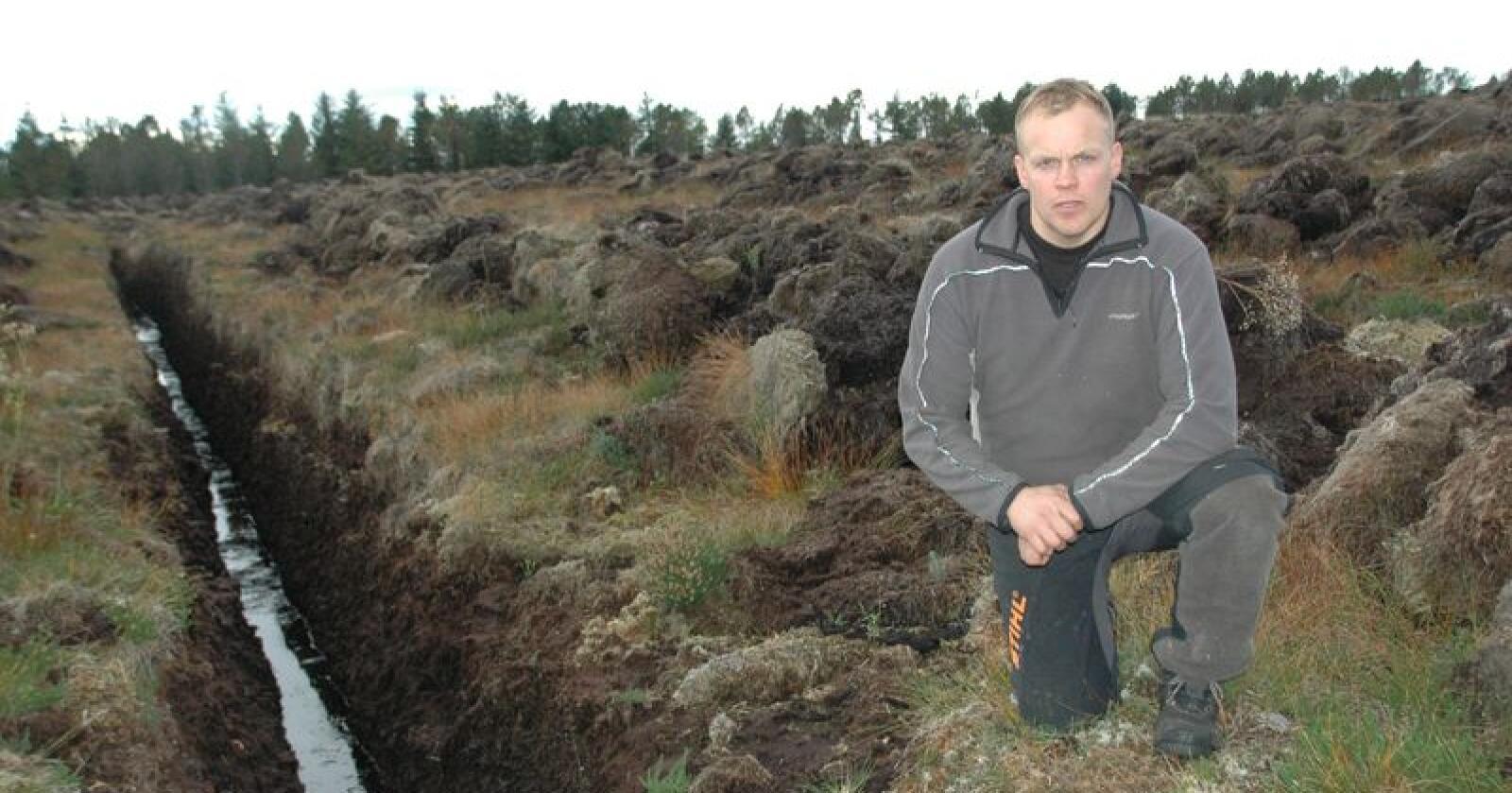 Ole Wegard Gjøstøl Iversen på ei grøfta myr på Smøla i 2017. I år er dette området grønn og frodig andreårs eng, og et viktig tilskudd til gårdens ressursgrunnlag. (Foto: Lars Olav Haug)