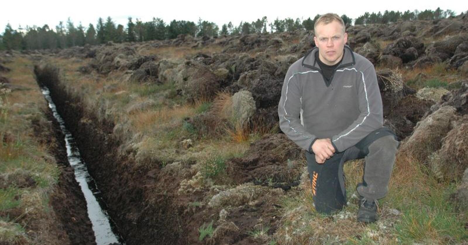 Betenkt: Ole Wegard Gjøstøl Iversen blir betenkt over framtida, når han hører hva regjeringen forslår. Her er han ved en grøftet myr på Smøla. Foto: Lars Olav Haug