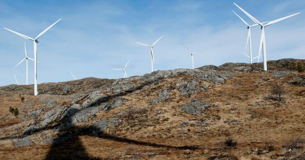 Tusenvis av mennesker landet over tok beina fatt for å vise sin støtte til naturen da DNT arrangerte støttemarsjer for å hindre vindkraftutbygging. Her er noen av vindturbinene i Midtfjellet vindpark i Fitjar kommune. Illustrasjonsfoto: Jan Kåre Ness / NTB scanpix